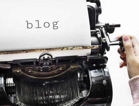 タイプライターでblogと書かれた写真